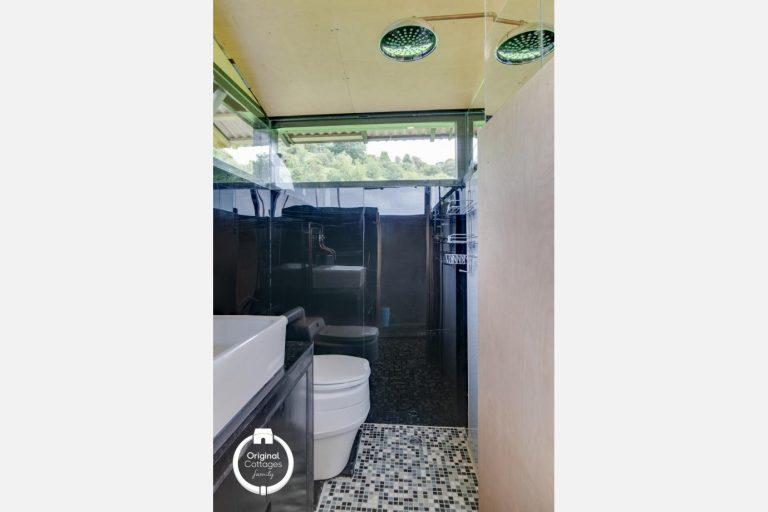sky-hut_Toilet